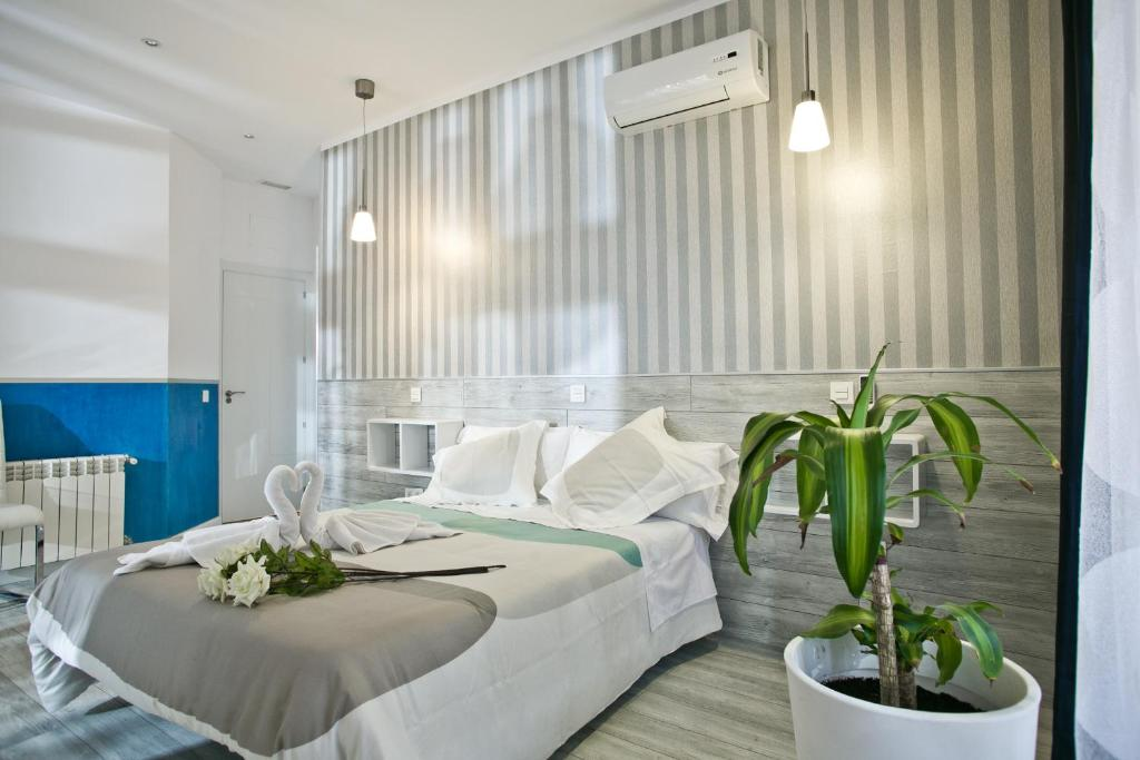A bed or beds in a room at Hostal Main Street Madrid