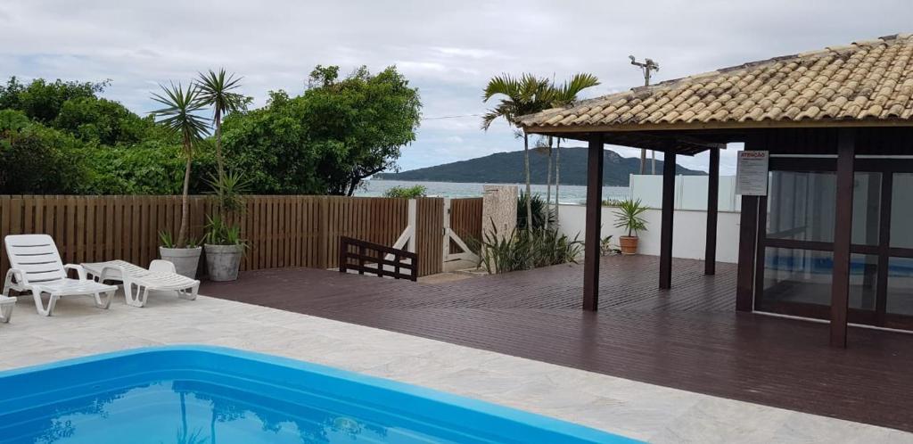 Piscina en o cerca de Ap pe na areia em ingleses - Florianópolis SC