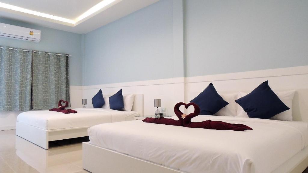 En eller flere senge i et værelse på Blue Moon Samed