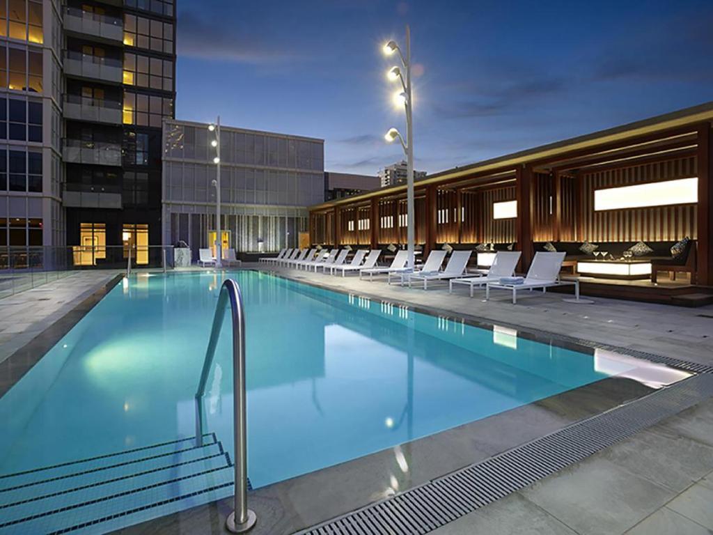 Swimmingpoolen hos eller tæt på Veeds Private Suites - Front Street West Toronto