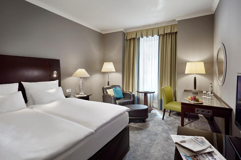 A bed or beds in a room at Lindner Hotel City Plaza