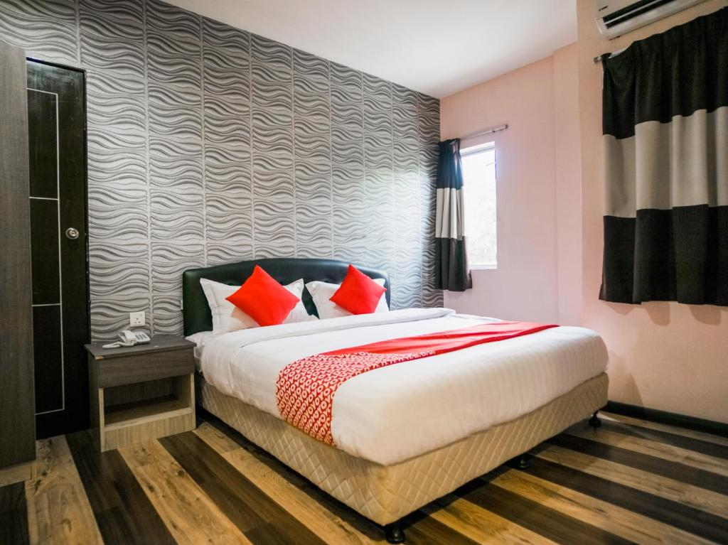 A bed or beds in a room at Sky Star Hotel KLIA/KLIA2