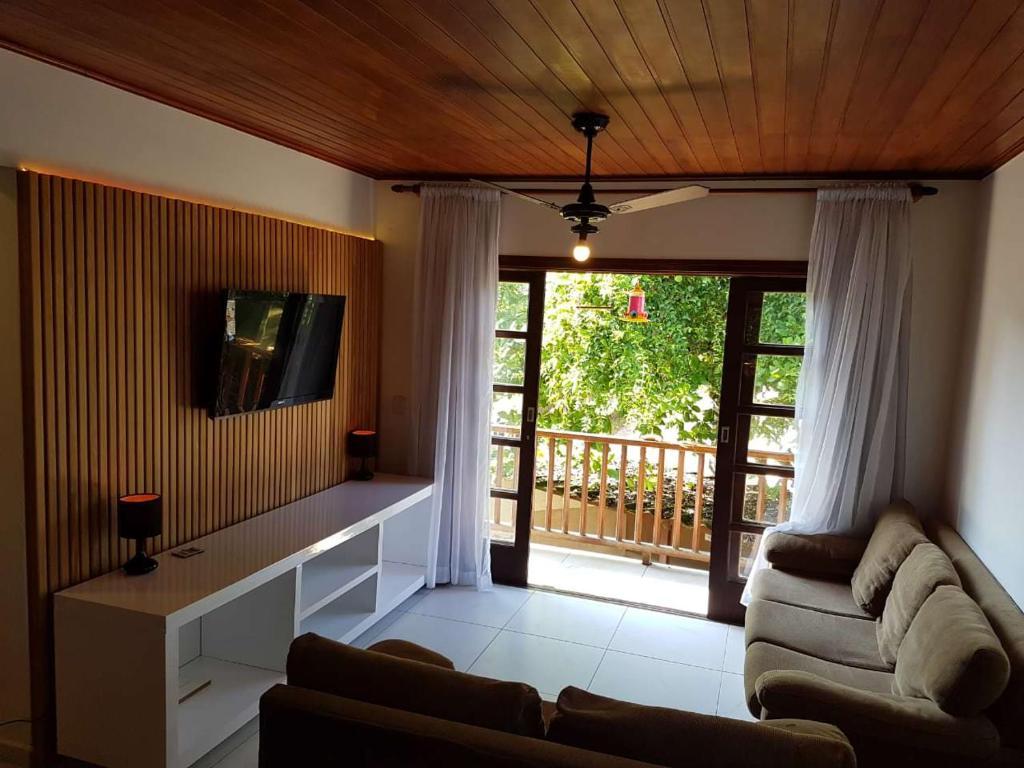 Uma área de estar em Apartamento Praia do Lazaro