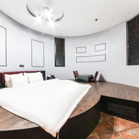 A bed or beds in a room at Hotel Picasso
