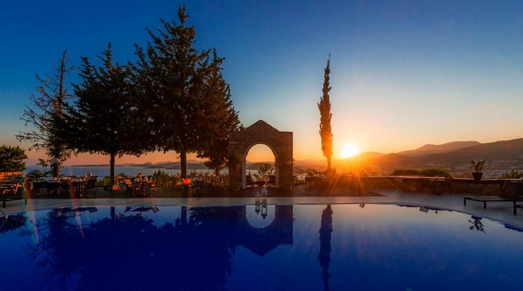 A piscina localizada em Manastir Hotel & Suites ou nos arredores