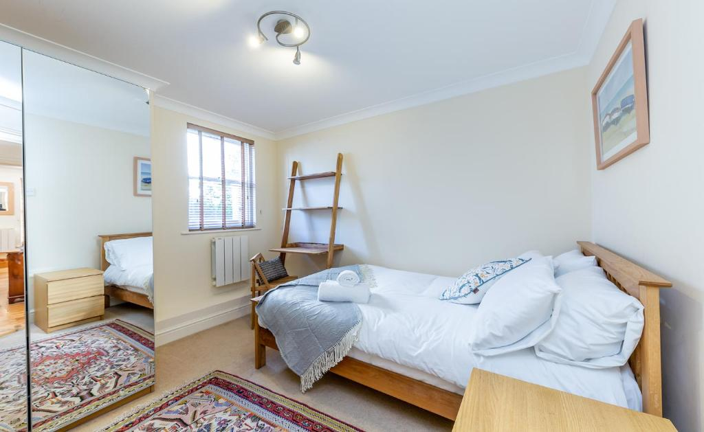 A bed or beds in a room at Comfy 2 Beds Apartment near Mornington Crescent by City Stay London
