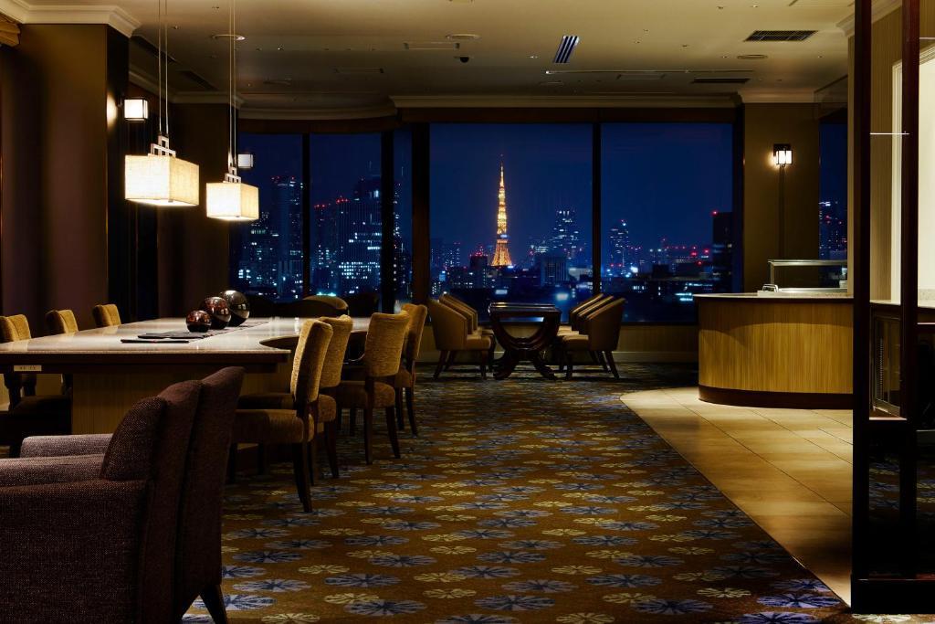 Um restaurante ou outro lugar para comer em Royal Park Hotel