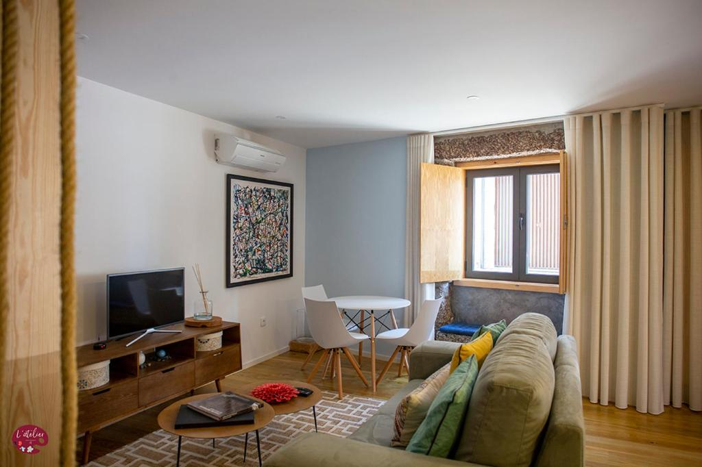A television and/or entertainment center at L'atelier Apartments (Música)