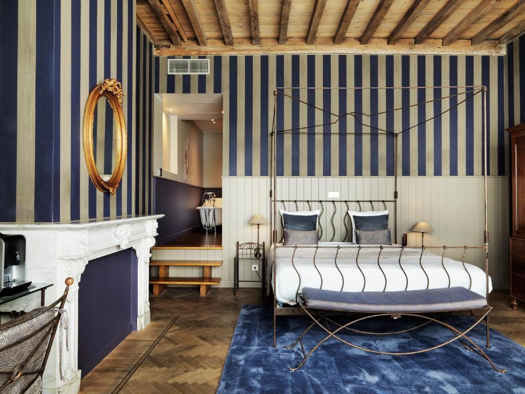 Een bed of bedden in een kamer bij Hotel Harmony