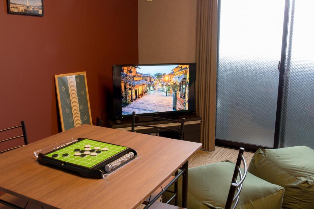 Uma televisão e/ou sistema de entretenimento em Ebisu Imadegawa