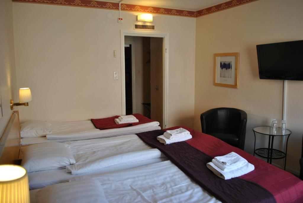Säng eller sängar i ett rum på Solsta Hotell