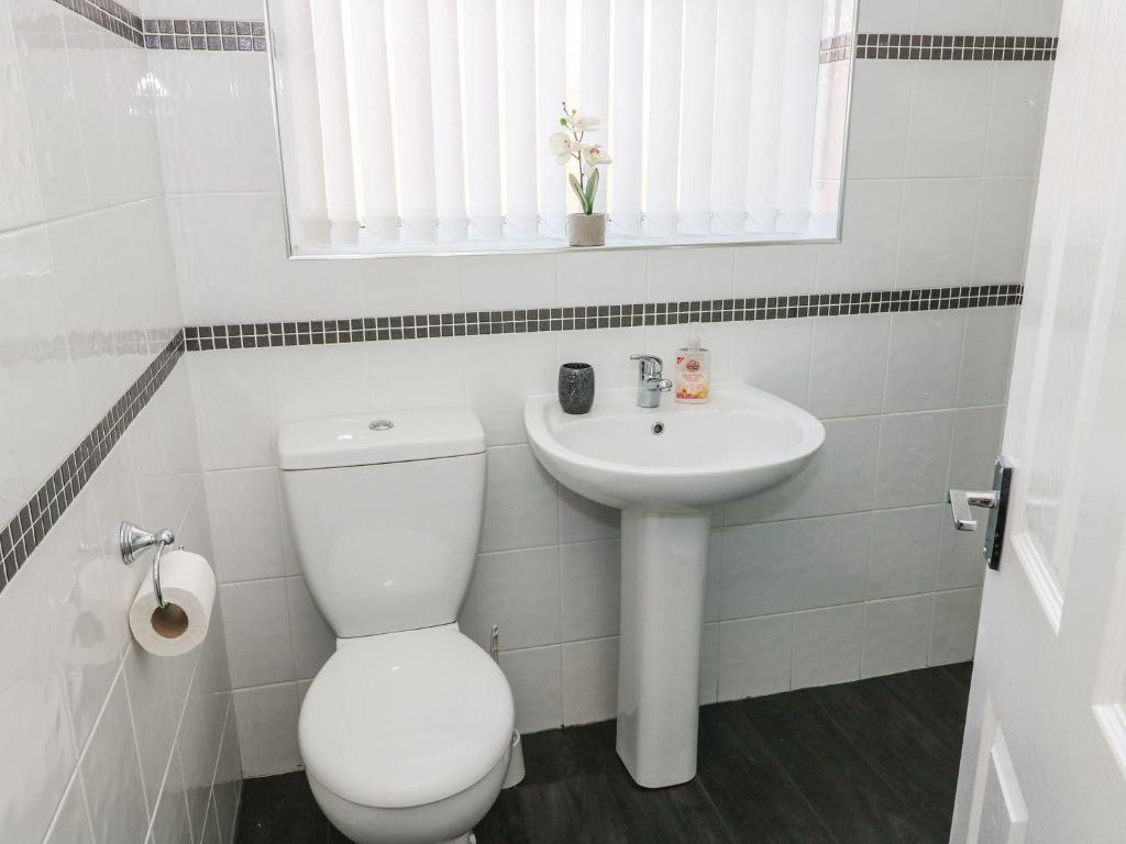 A bathroom at Rossall Beach Cottage, Fleetwood
