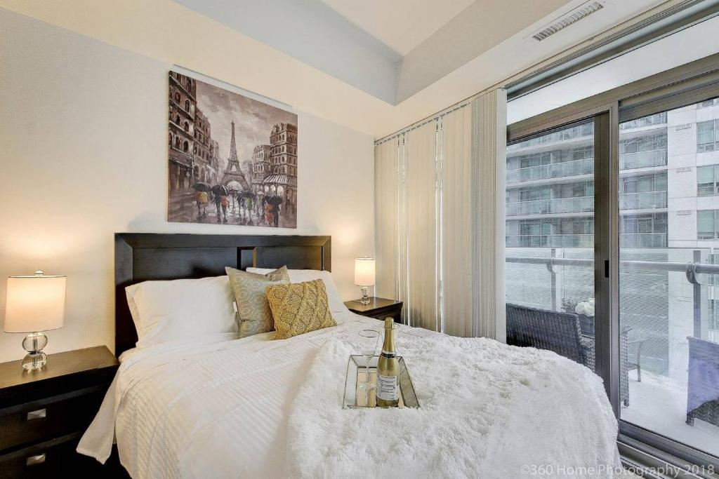A bed or beds in a room at LUX 2 BR with City View in ❤️ of Dtown