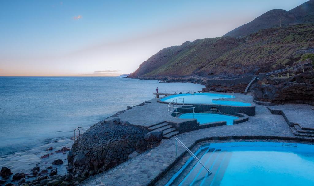 O vedere a piscinei de la sau din apropiere de Vistamar La Caleta