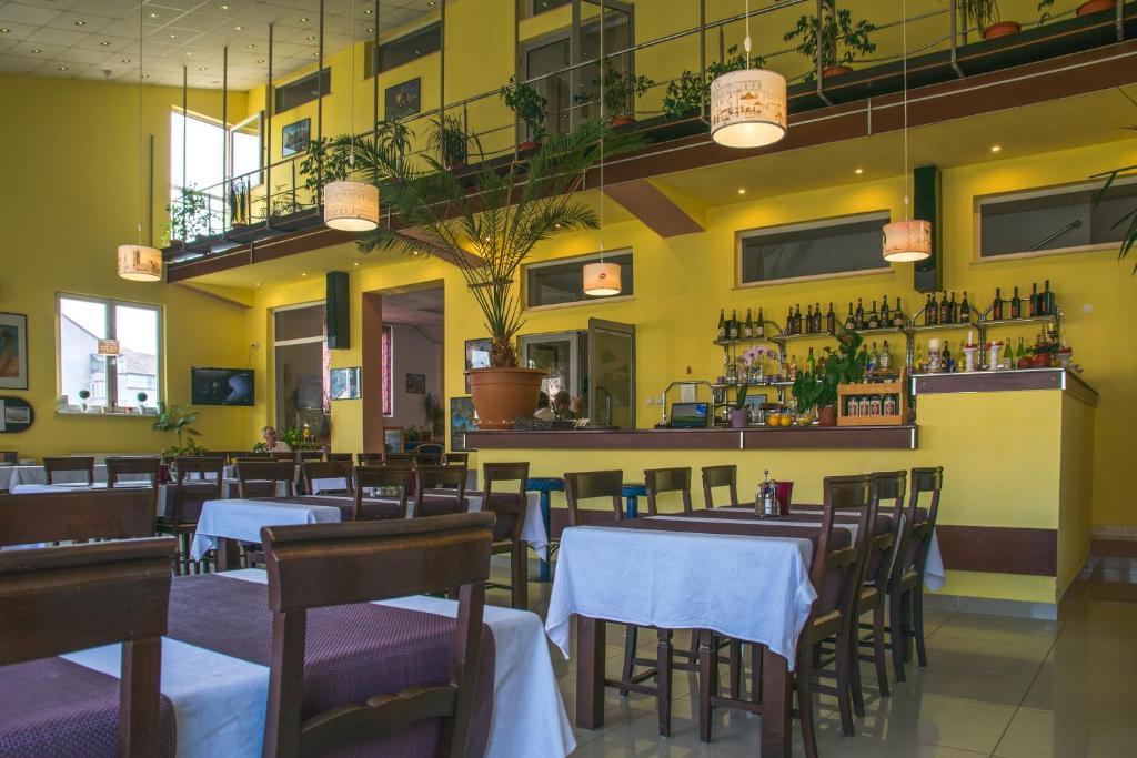Un restaurante o sitio para comer en Hotel Maier