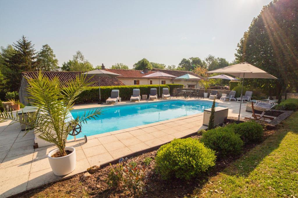 Piscine de l'établissement Saint-Front-la-Riviere Villa Sleeps 8 Pool WiFi ou située à proximité
