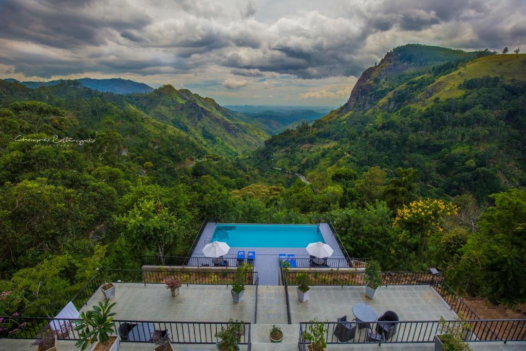 En udsigt til poolen hos Mountain Heavens eller i nærheden