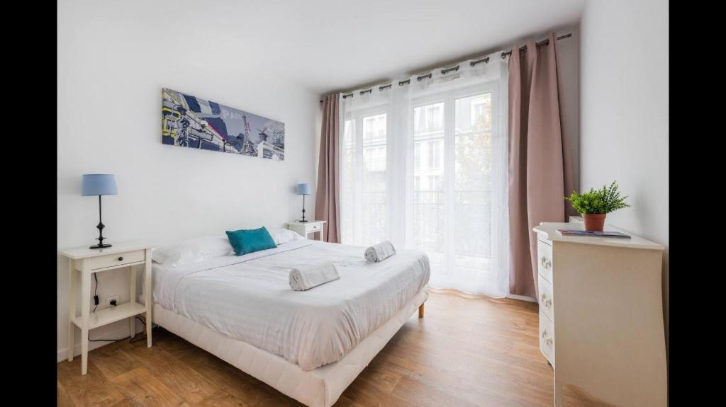 A bed or beds in a room at 3 BEDROOMS APARTMENT 4 BALCONIES 8 PERSONS