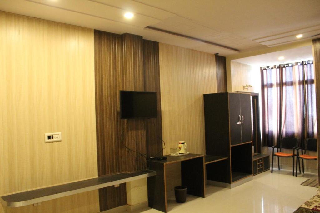 A television and/or entertainment center at Hotel Gokul Inn