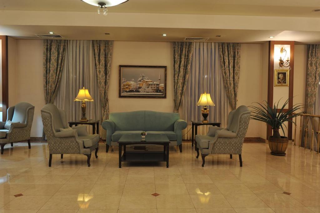 Ein Sitzbereich in der Unterkunft Usta Park Hotel