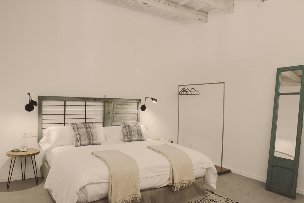 A bed or beds in a room at Smoix hotel