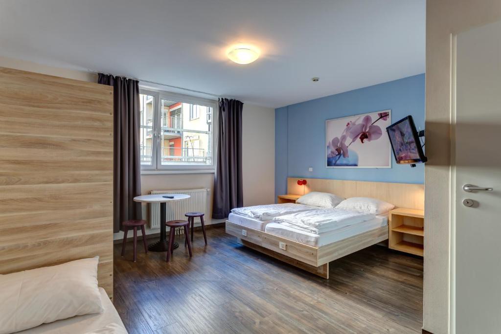 Un pat sau paturi într-o cameră la MEININGER Hotel Wien Hauptbahnhof