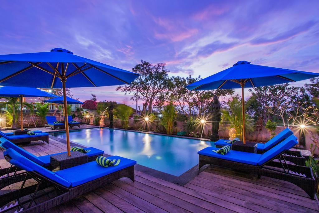 The swimming pool at or close to Tatak Bunut villa