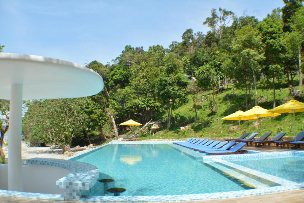 The swimming pool at or close to Pearl Resort