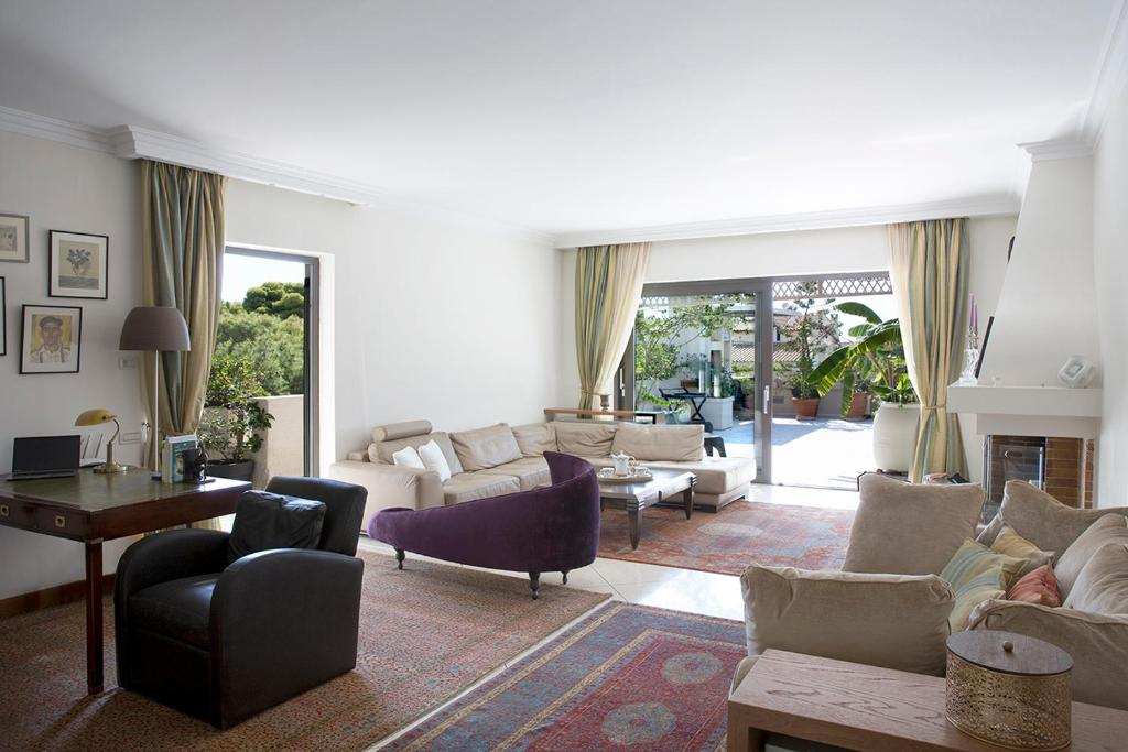 A seating area at Luxury 3 bdrm Apartment - split level with large terrace and Sea view - 6 & 1p,