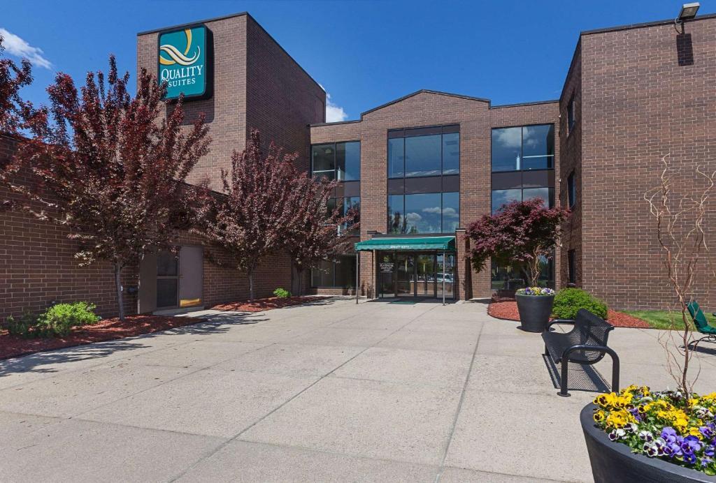 Quality Suites Hotel - Lansing