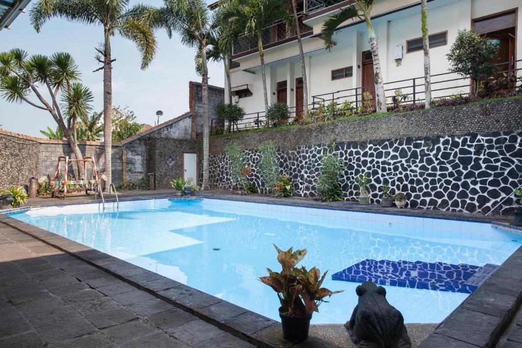 The swimming pool at or close to RedDoorz Plus near Jawa Timur Park 1