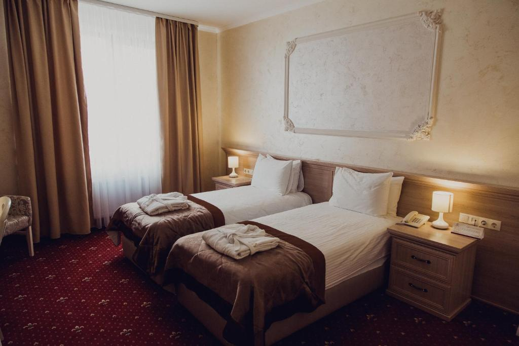A bed or beds in a room at Hotel France