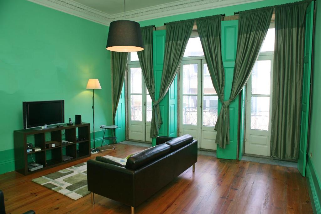 Area tempat duduk di Alma Porto Hostel
