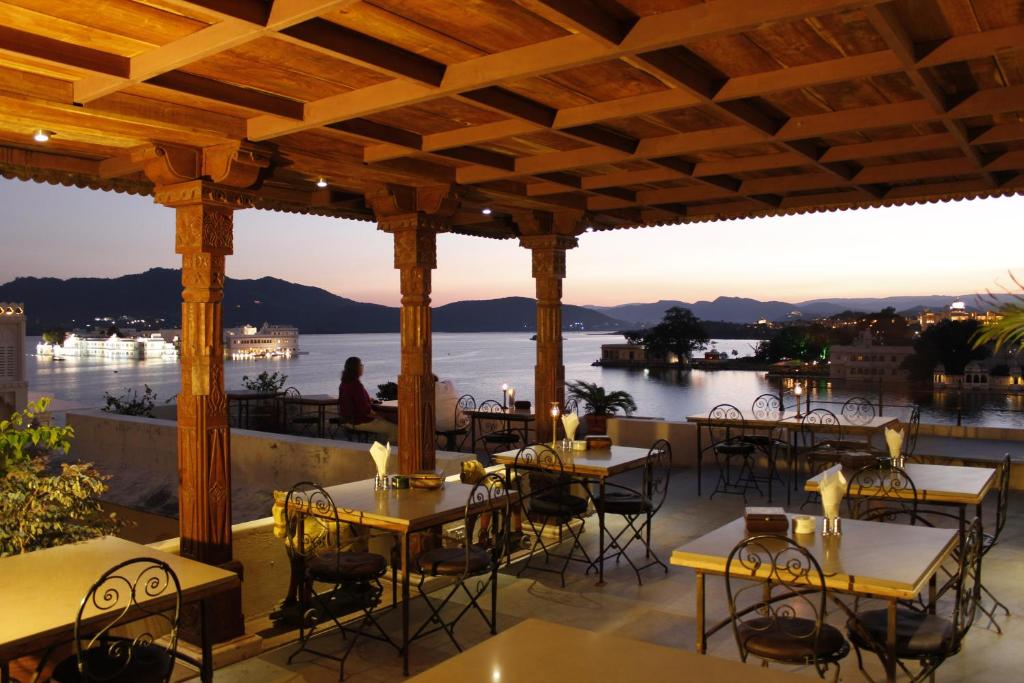 A restaurant or other place to eat at Kankarwa Haveli