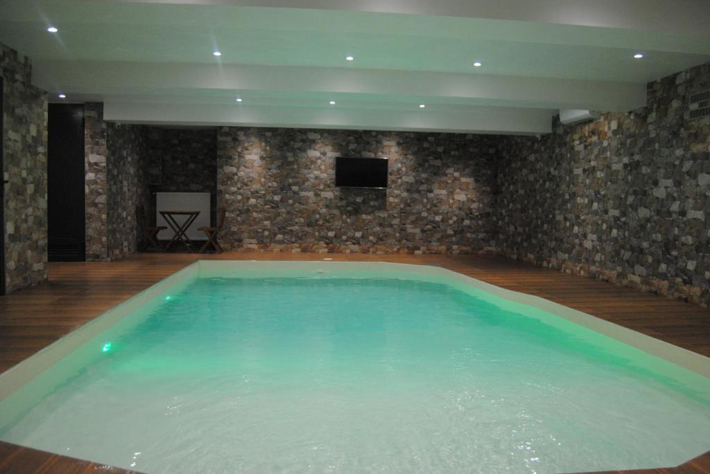 Het zwembad bij of vlak bij Hotel Bejturan