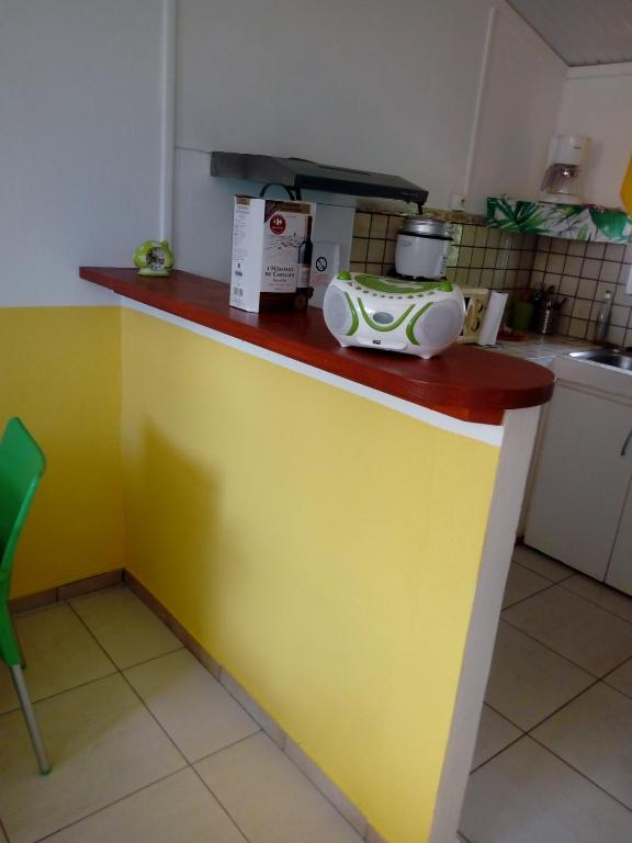 A kitchen or kitchenette at les 2 cocotiers