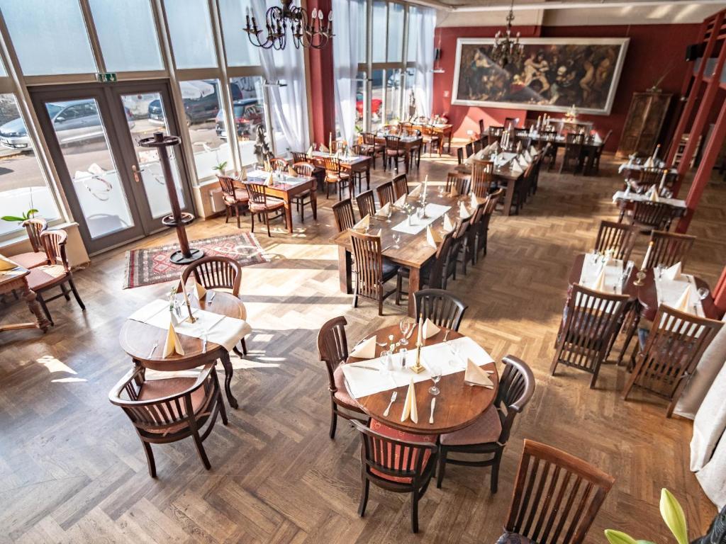 Ein Restaurant oder anderes Speiselokal in der Unterkunft Hotel Gutenberger