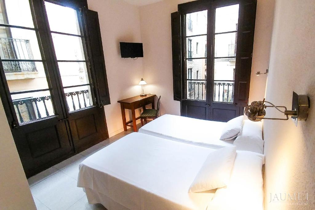 A bed or beds in a room at Hotel Jaume I