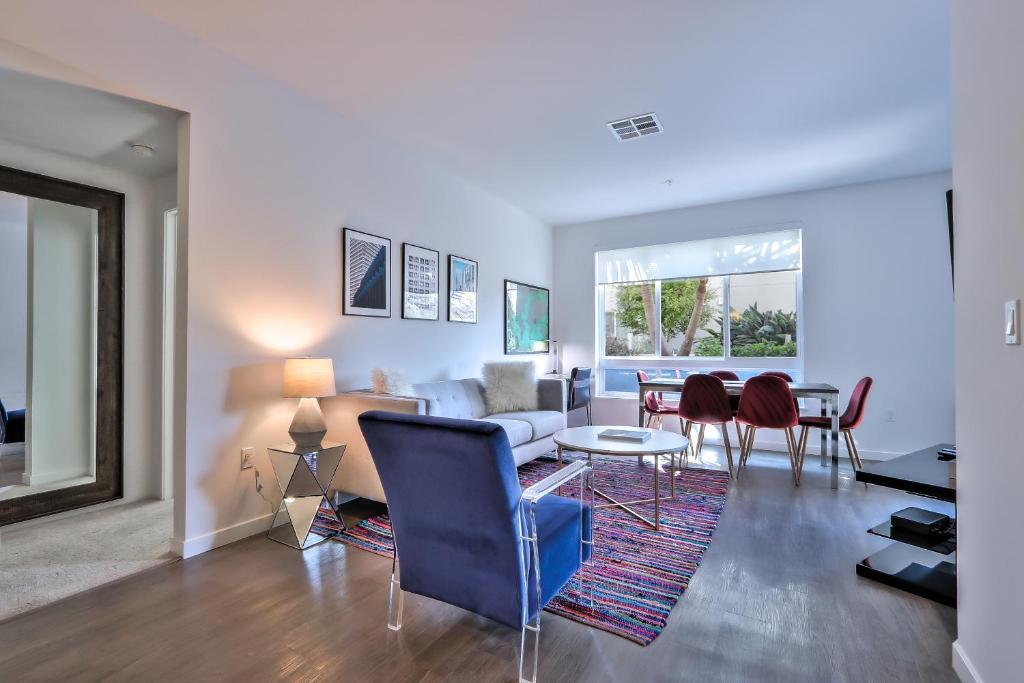 Urban Flat Apartments @ North San Joseにあるシーティングエリア