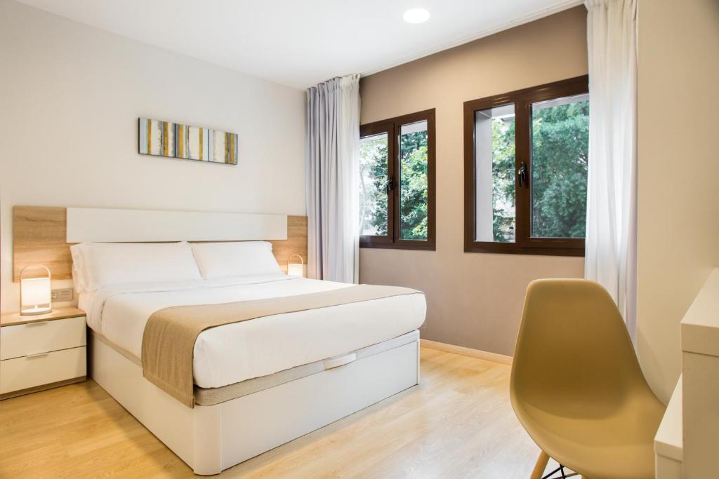 Cama ou camas em um quarto em Ginosi Pedralbes Hotel