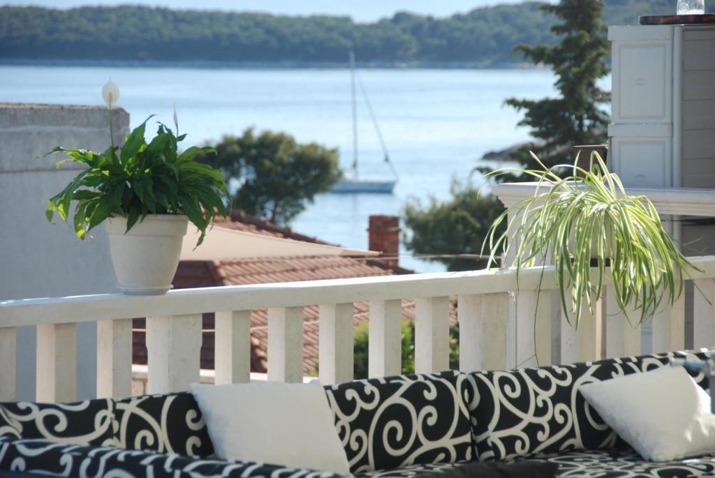 A balcony or terrace at Youth Hostel Villa Zorana