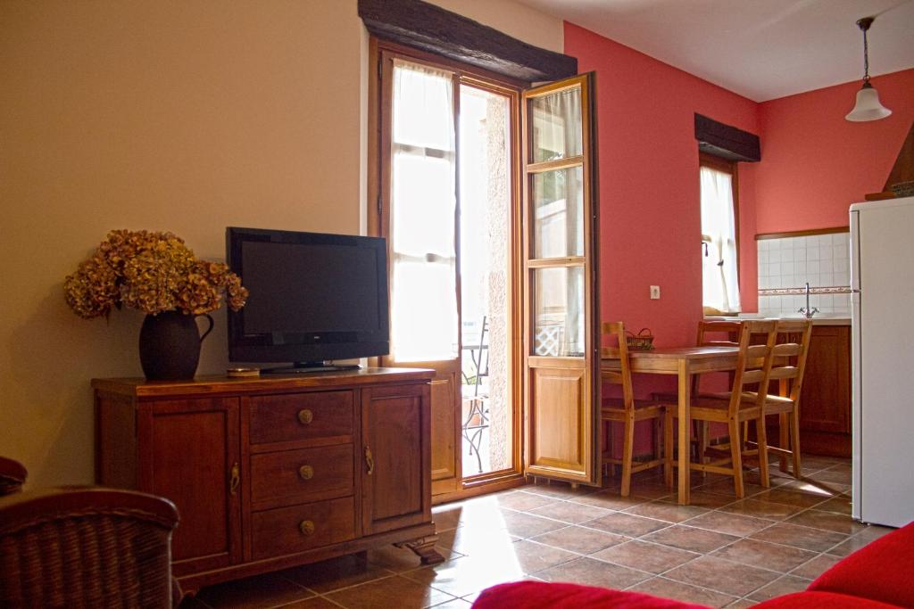 Televisyen dan/atau pusat hiburan di Apartamentos Rurales El Picoretu
