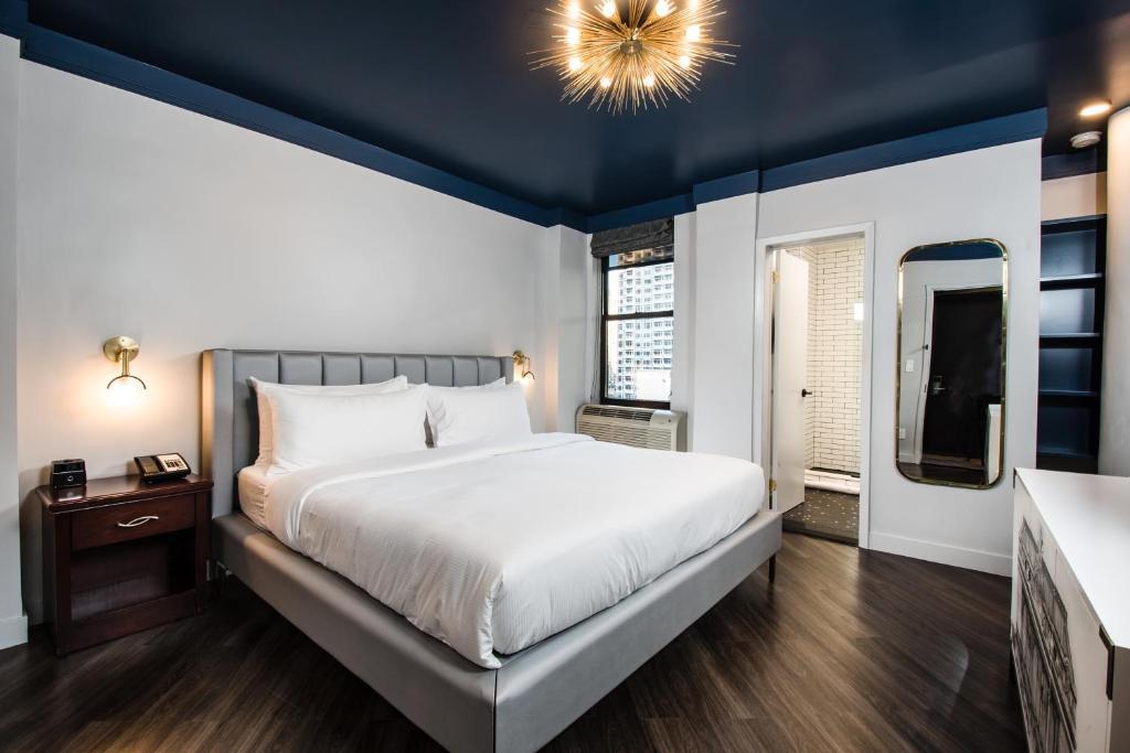 Cama ou camas em um quarto em The Hotel @ New York City
