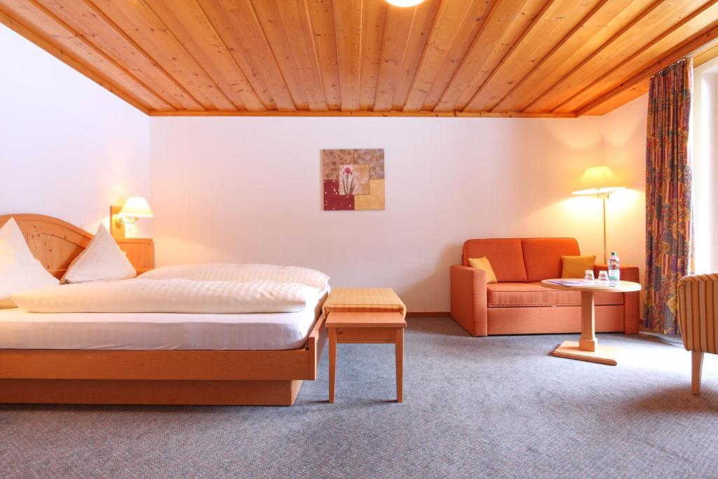 سرير أو أسرّة في غرفة في فندق بيرنرهوف سويس كواليتي