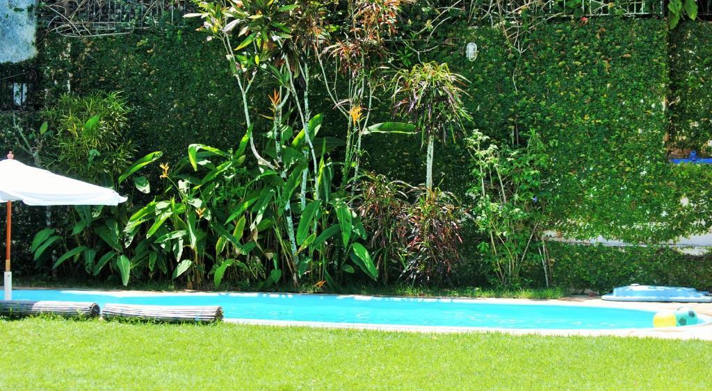 A piscina localizada em Pousada Almaviva ou nos arredores