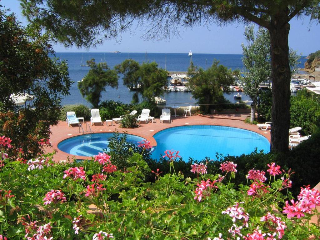 A view of the pool at Hotel Mare or nearby