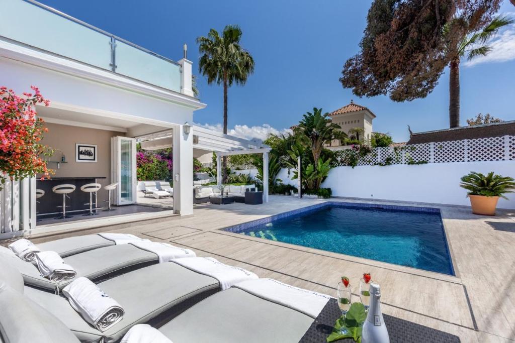 Het zwembad bij of vlak bij Playa Duque Marbella Villa Sleeps 8 Pool Air Con