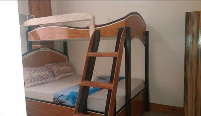 Ein Etagenbett oder Etagenbetten in einem Zimmer der Unterkunft Strong Tower Inn