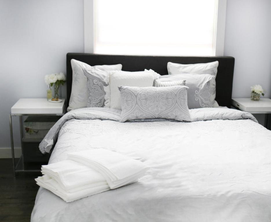 A bed or beds in a room at Queen Anne Modern Room & Restroom w/ Free Parking