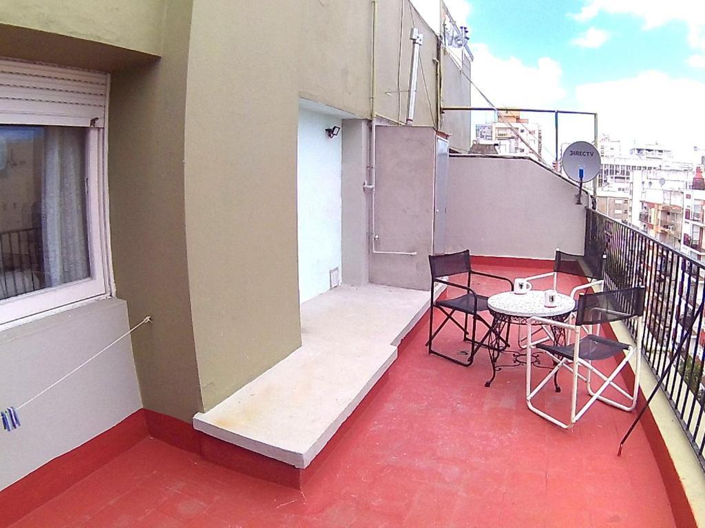 A balcony or terrace at A pasos del mar con enorme terraza!
